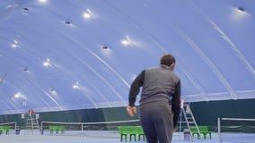Sportler schlug erfolgreich den Tennisball stock footage