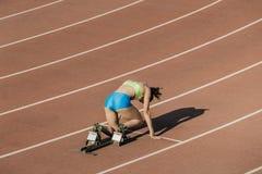 Sportlerin beim Anfang Stockbild