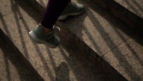Sportlerin in der Sport-Klage klettert die Treppe stock video