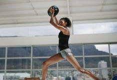 Sportlerin, die Übung mit Eignungsball tut lizenzfreie stockfotos