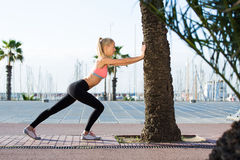 Sportlerin, die Eignungsübung draußen im Palmenpark tut lizenzfreies stockfoto