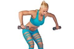 Sportlerin, die mit Gewichten arbeitet Lizenzfreies Stockfoto