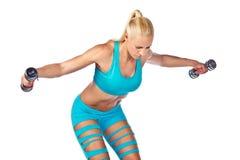 Sportlerin, die mit Gewichten arbeitet Lizenzfreie Stockfotos