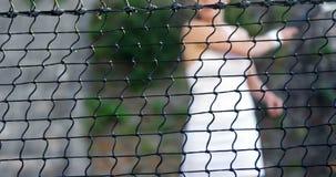 Sportlerin, die Tennis spielt stock footage