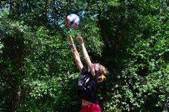 Sportlerin mit Ball Stockbilder