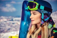 Sportlerin mit Snowboard lizenzfreies stockbild