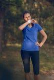 Sportlerinabwischen geschwitzt von ihrer Stirn Lizenzfreies Stockbild