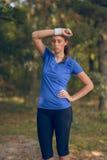 Sportlerinabwischen geschwitzt von ihrer Stirn Lizenzfreie Stockbilder