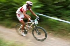 Sportlers auf weißem Fahrradbewegungsfoto Lizenzfreies Stockbild