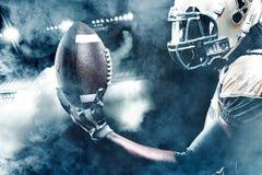 Sportlerspieler des amerikanischen Fußballs auf dem Stadion, das in Aktion läuft Lizenzfreie Stockfotografie