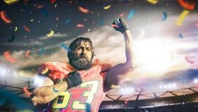 Sportlerspieler des amerikanischen Fu?balls auf Stadion in der Aktion lizenzfreie stockfotografie