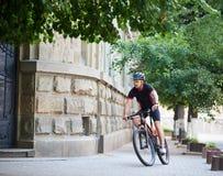 Sportlertraining auf Fahrrad im Stadtgebiet Lizenzfreie Stockfotos