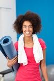 Sportliche Afroamerikanerfrau, die in der Turnhalle ankommt stockfoto