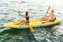 Sportliche attraktive Kayak fahrende Paare stockbild