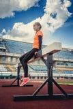 Sportliche blonde Frau in der Sportkleidung Stockfoto