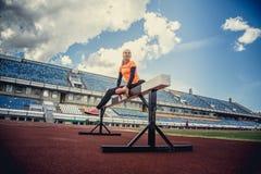Sportliche blonde Frau in der Sportkleidung Stockfotografie