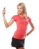 Sportliche blonde Frau, die selfie macht Stockbild