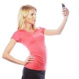 Sportliche blonde Frau, die selfie macht Lizenzfreie Stockfotos