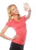 Sportliche blonde Frau, die selfie macht Stockfotografie