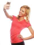 Sportliche blonde Frau, die selfie macht Stockbilder