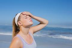 Sportliche blonde Stellung auf dem Strand Lizenzfreie Stockfotos