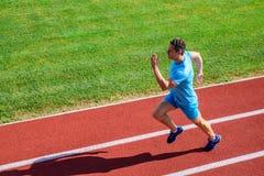Sportliche Form des Athletenläufers in der Bewegung Mannathletenlauf, zum des großen Ergebnisses zu erzielen Wie Lauf schneller G stockfotografie