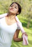 Sportliche Frau atmen beim Halten eines Tuches tief ein Stockfotos