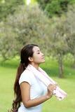 Sportliche Frau atmen tief ein Lizenzfreie Stockfotografie