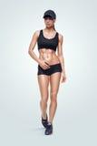 Sportliche Frau der Eignung, die auf weißen Hintergrund geht Lizenzfreie Stockfotografie