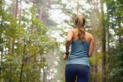 Sportliche Frau der gesunden Lebensstileignung, die früh in den Morgen läuft Stockfotografie
