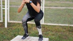 Sportliche Frau in der Turnhalle, die geeignete Übung des Kreuzes tut, steigern auf Kasten stock video footage