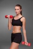 Sportliche Frau, die Aerobic-Übung tut Lizenzfreie Stockfotos