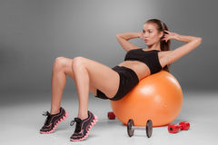Sportliche Frau, die Aerobic-Übung tut Stockfoto