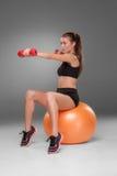 Sportliche Frau, die Aerobic-Übung tut Stockfotos