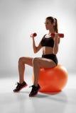 Sportliche Frau, die Aerobic-Übung tut Stockbilder