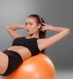 Sportliche Frau, die Aerobic-Übung tut Lizenzfreies Stockbild
