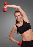 Sportliche Frau, die Aerobic-Übung tut Stockbild