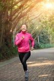 Sportliche Frau, die an der Spur läuft lizenzfreies stockfoto