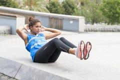 Sportliche Frau, die in der Straße trainiert und ausbildet stockfotografie