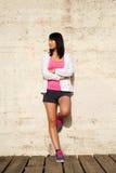 Sportliche Frau, die eine Trainingspause macht stockfoto