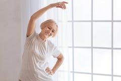 Sportliche Frau, die herein Aerobic anstrebt Stockbilder