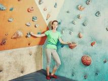 Sportliche Frau, die in kletternder Turnhalle steht Stockbilder