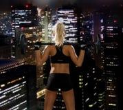 Sportliche Frau, die mit Barbell von der Rückseite trainiert Lizenzfreies Stockfoto