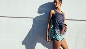 Sportliche Frau, die nach laufender Übung sich entspannt lizenzfreie stockbilder