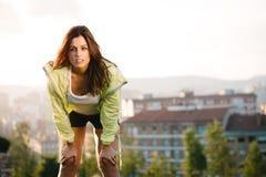 Sportliche Frau, die Pause vom Training macht Stockfoto