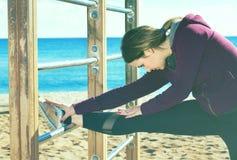 Sportliche Frau, die am Seestrand trainiert Lizenzfreie Stockfotos