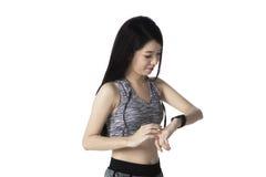 Sportliche Frau, die smartwatch betrachtet Stockfotos