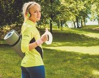 Sportliche Frau in einem Park lizenzfreie stockfotografie