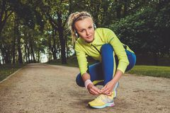 Sportliche Frau in einem Park stockbilder