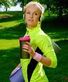 Sportliche Frau in einem Park lizenzfreie stockfotos